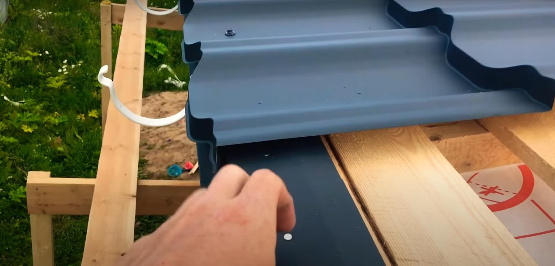 Монтаж металлочерепицы и креплений для водосточной системы